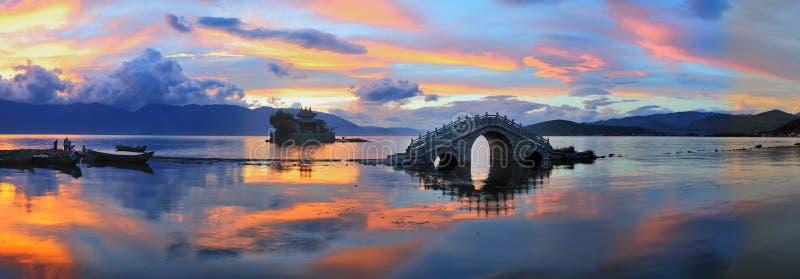 Kleine brug - de tempel - Meer - zonsondergang stock afbeeldingen