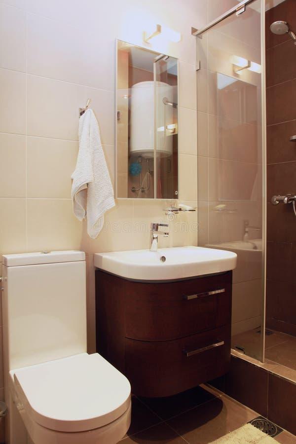 Kleine bruine badkamers royalty-vrije stock afbeeldingen