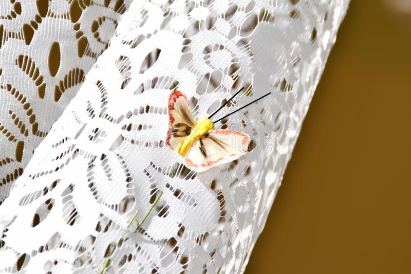Kleine, bruine vlinder op een wit gordijn royalty-vrije stock foto's