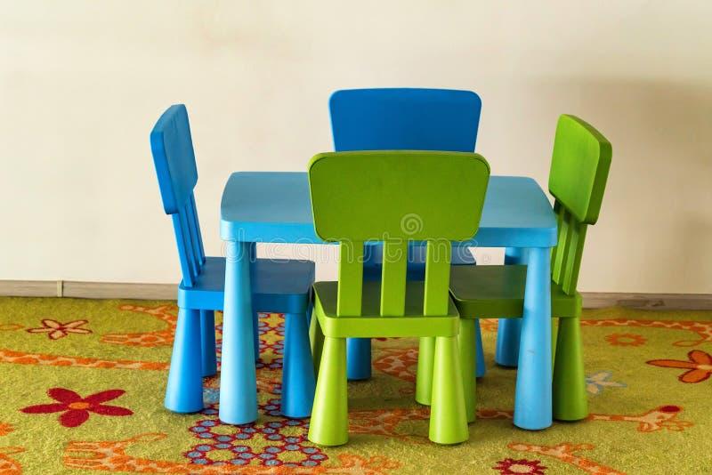 Kleine bunte Tabelle und Stühle für Kinder lizenzfreies stockbild