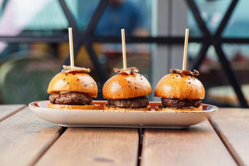 Kleine Burger dienten auf einer Platte als Aperitifs stockbild