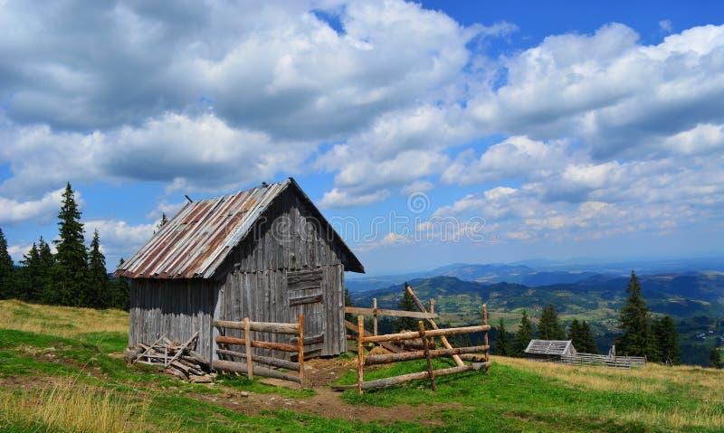 Kleine Cabine bovenop de Heuvel stock afbeelding