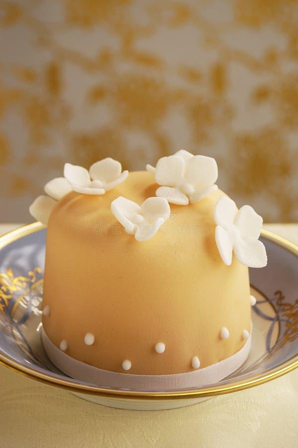 Kleine cake met fondantjebloemen royalty-vrije stock afbeelding
