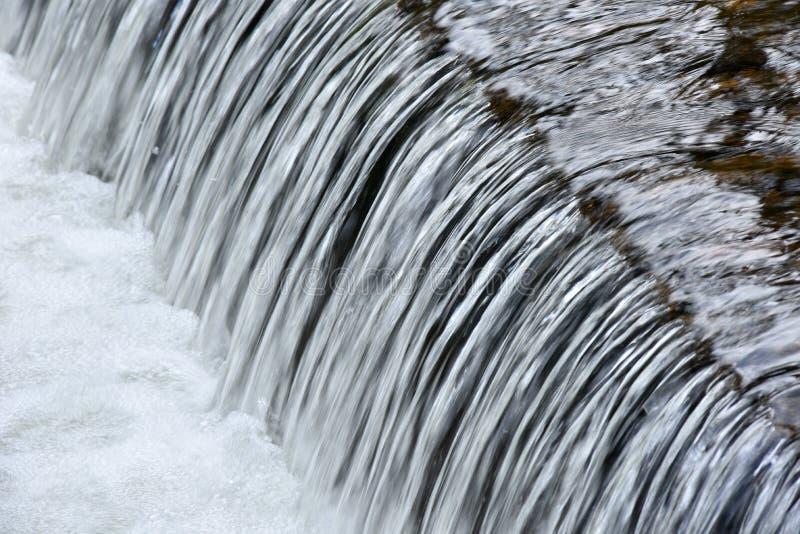 Kleine cascade op bergrivier stock afbeelding
