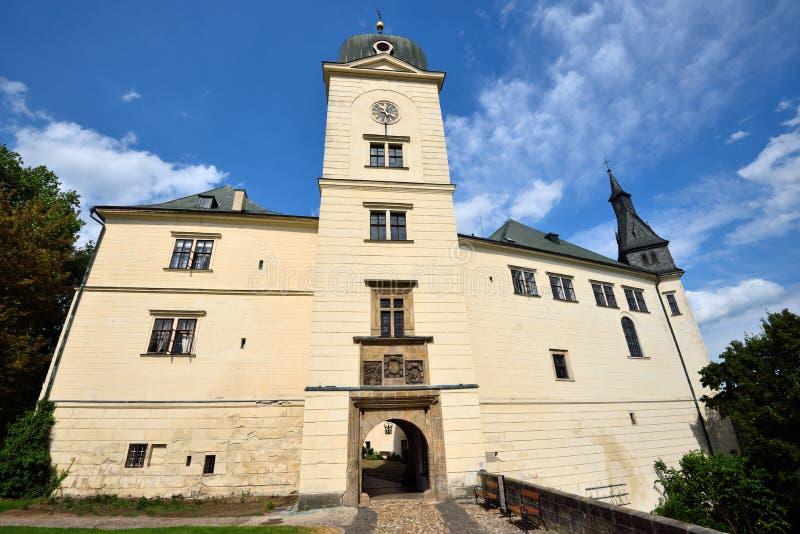 Kleine chateau met hoge clocktower royalty-vrije stock fotografie