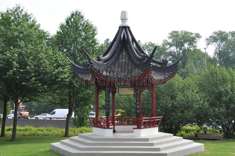 Kleine Chinese tempel in park stock afbeelding