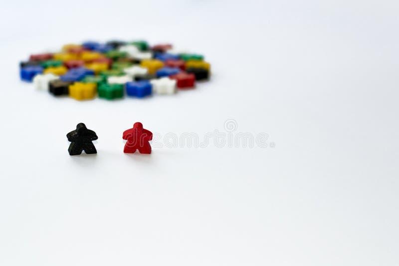 Kleine cijfers van de mens Het Concept van raadsspelen Paar van leiders van gemeenschap Bedrijfs strategie Componenten van kaarts royalty-vrije stock afbeeldingen