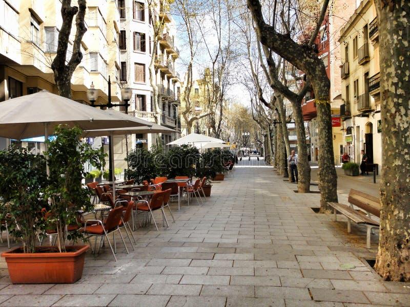 Kleine comfortabele lege straatkoffie in Barcelona, Spanje royalty-vrije stock afbeelding