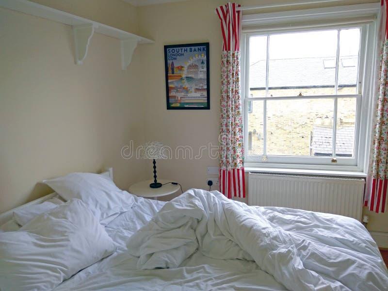 Kleine comfortabele slaapkamer stock afbeelding