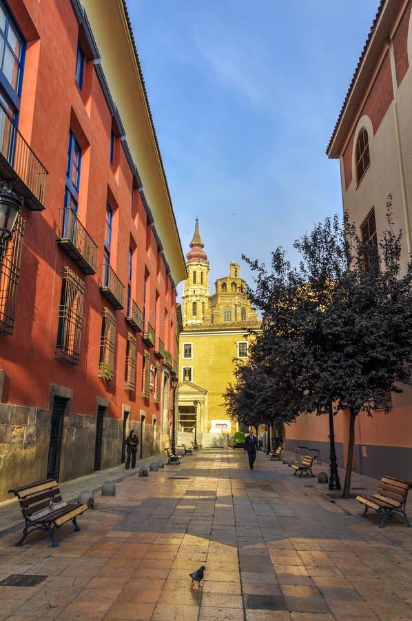 Kleine comfortabele straat die de basiliek in Saragossa, Spanje overzien stock foto's