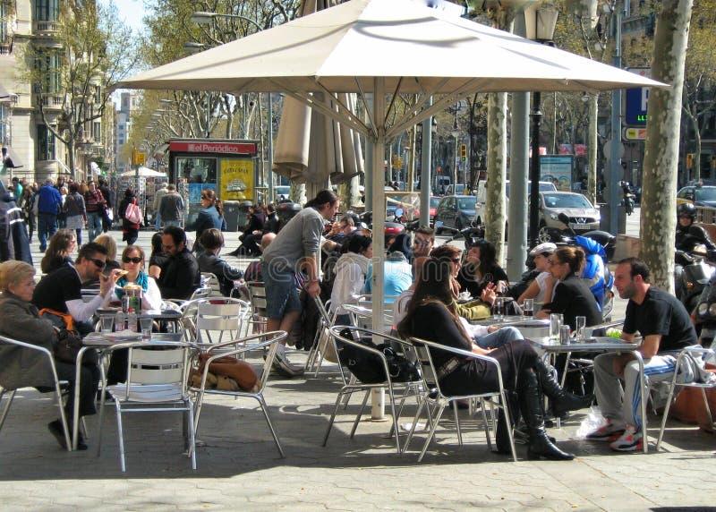 Kleine comfortabele straatkoffie in Barcelona, Spanje royalty-vrije stock afbeelding