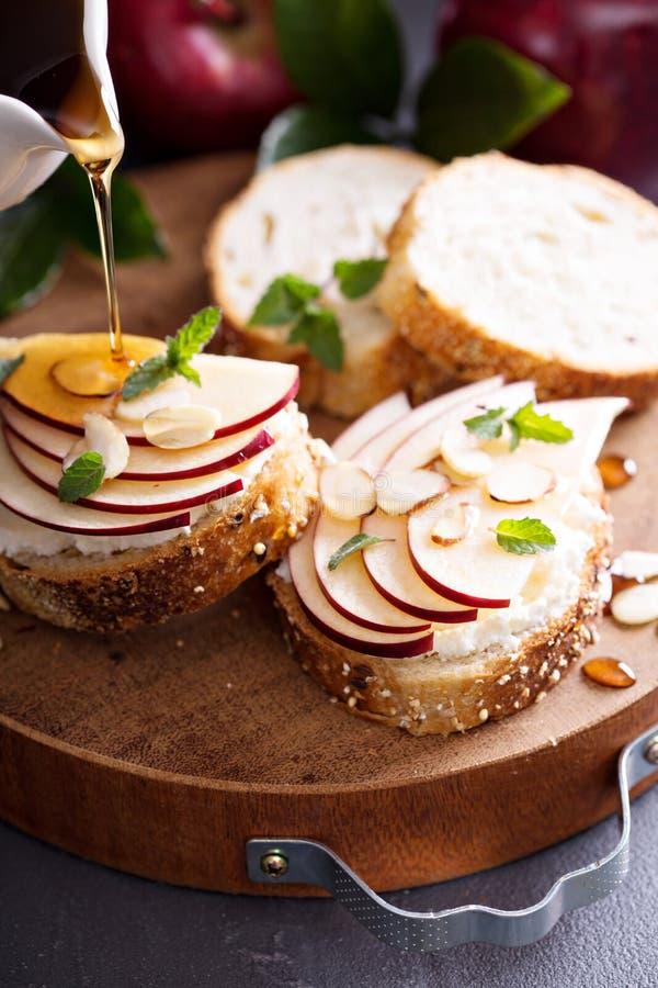 Kleine crostini met ricotta en appel stock afbeeldingen