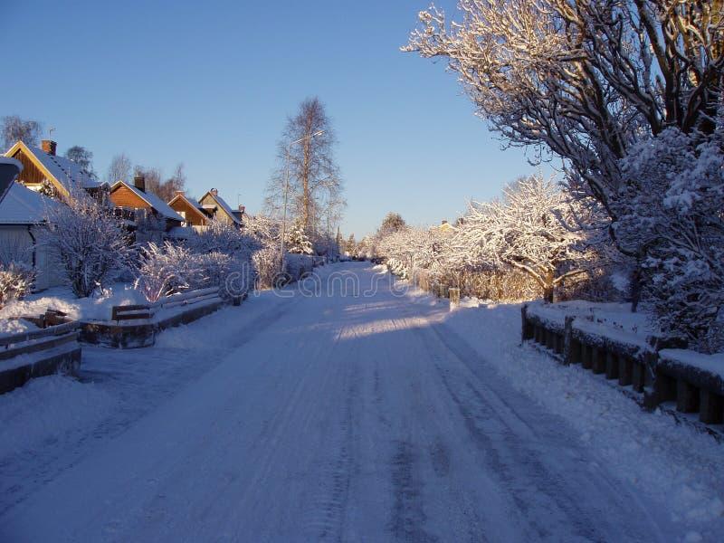 Kleine de stadsstraat van de winter stock fotografie