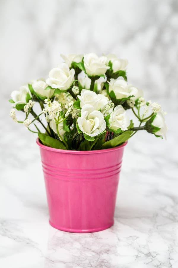 Kleine Dekorative Künstliche Weiße Blumen Im Rosa Topf Stockfoto ...