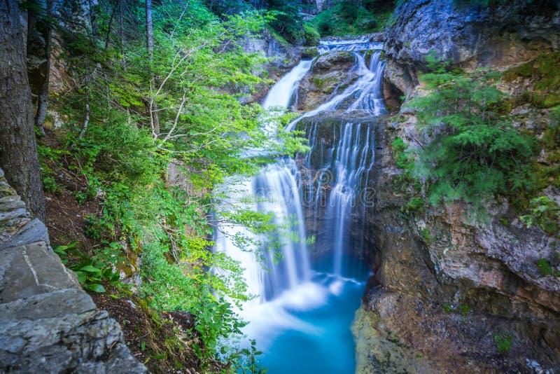 Kleine die bergwaterval op de rotsen met mos in F worden behandeld royalty-vrije stock afbeelding