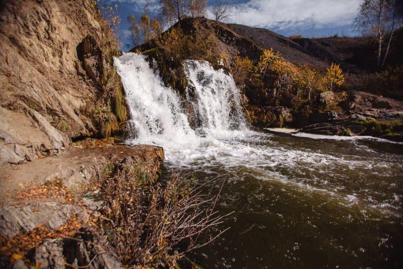 Kleine die bergwaterval op de rotsen met mos in het bos worden behandeld royalty-vrije stock foto's