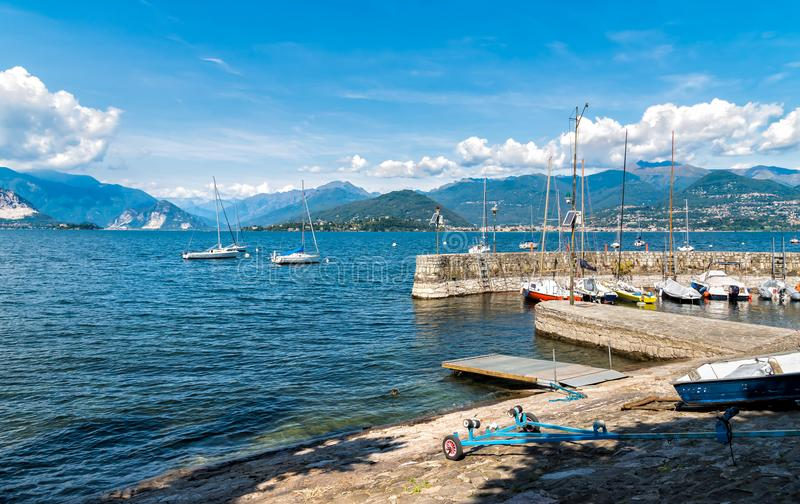 Kleine die haven van Cerro, dichtbij Laveno Mombello, op de kust van Meer Maggiore wordt gesitueerd stock fotografie