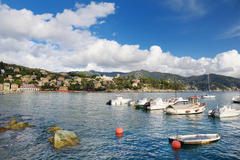 Kleine die jachten en vissersboten in jachthaven van Santa Margherita Ligure-stad, in Ligurië, Italië wordt gevestigd royalty-vrije stock afbeelding