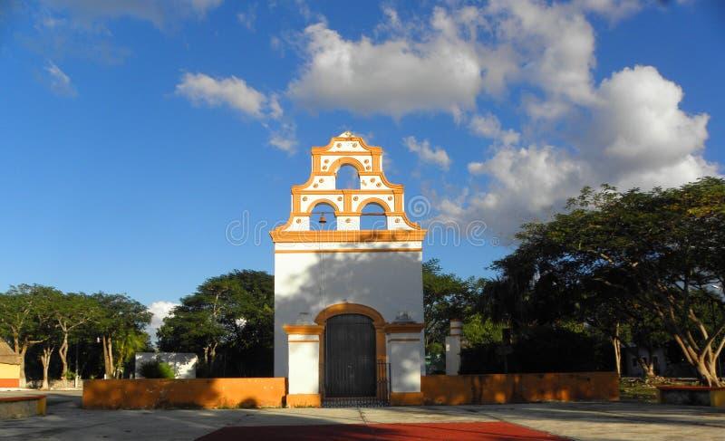 Kleine die kerk met wit en geel in een klein dorp in Yucatan, Mexico wordt geschilderd royalty-vrije stock afbeeldingen