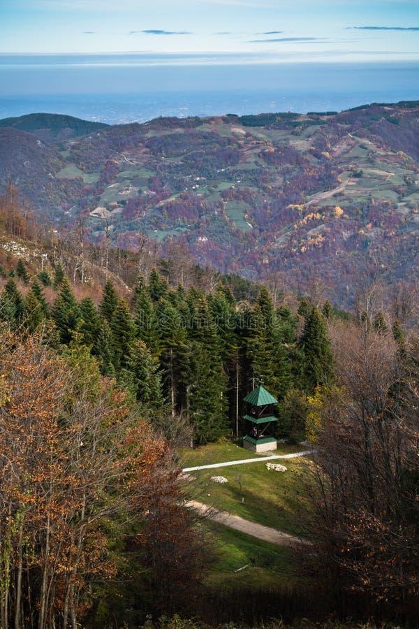 Kleine die kerk op een bergweide door bos, Bobija-berg wordt omringd stock fotografie