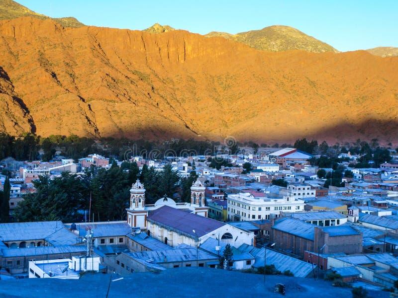 Kleine die stad van Tupiza door schaduw vlak vóór schemer wordt behandeld Zuidelijk Bolivië, Zuid-Amerika stock foto