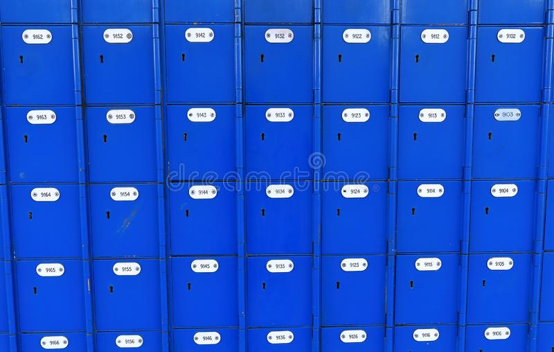Kleine dozen met waardevolle post stock foto's