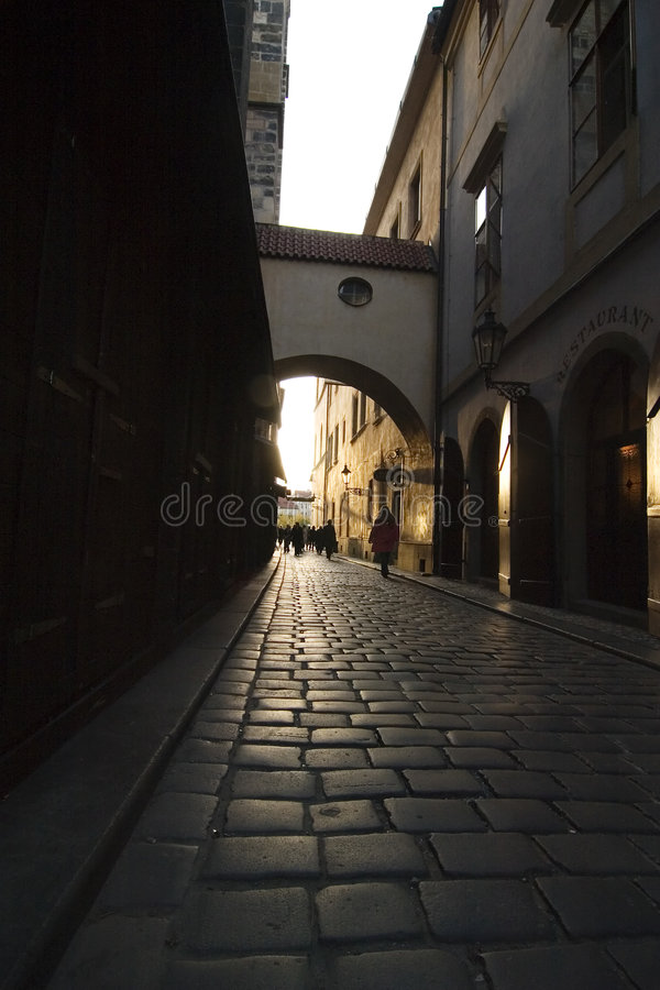 Kleine dunkle Straße stockfotos