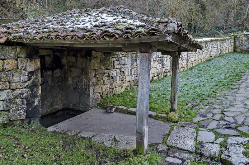 Kleine Ecke mit heiliger Frühlingsquelle des Dachofens in Demir Baba Teke, im Kultmonument geehrt von beiden Christen und von Mos stockfotos