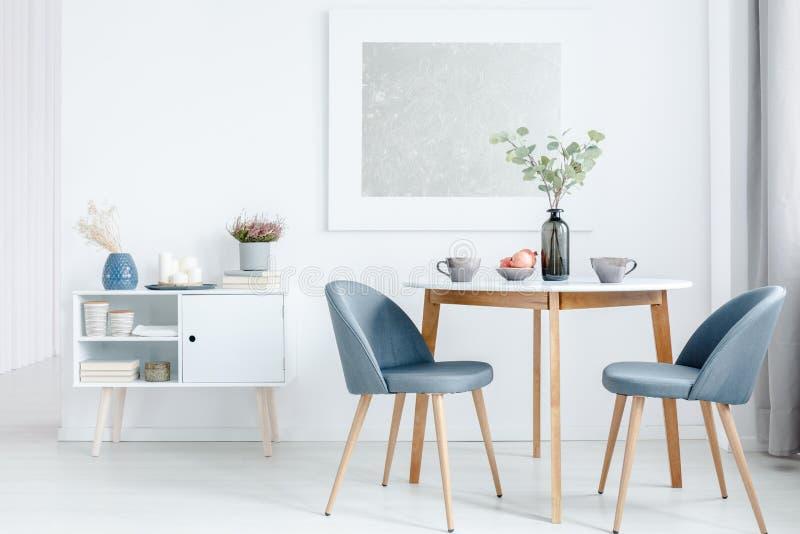 Kleine eettafel met stoelen stock foto's