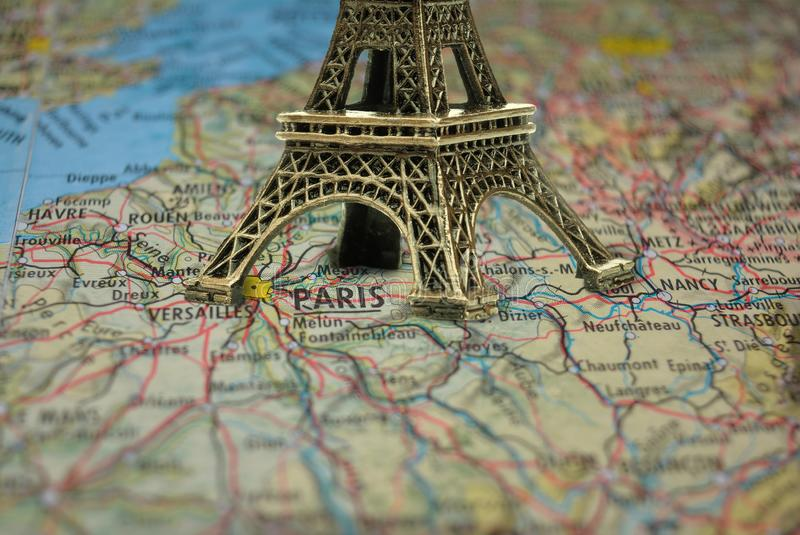 Kleine Eiffelturm-Paris-Andenkennahaufnahme auf Karte stockfotos
