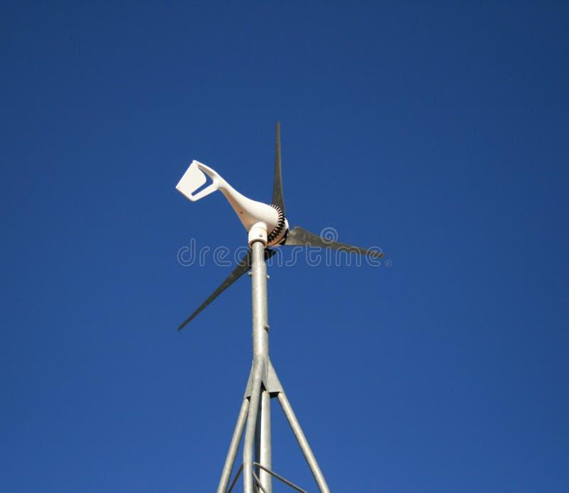 Kleine elektrische windmolen royalty-vrije stock afbeelding