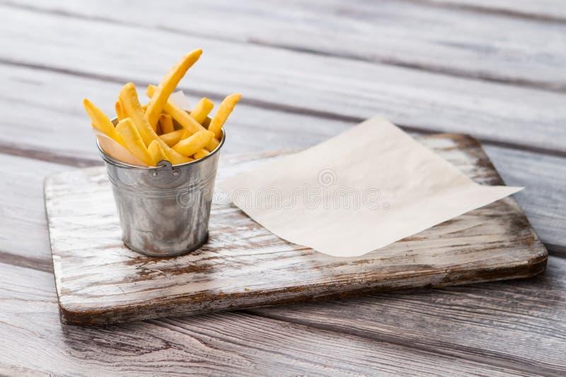 Kleine emmer met frieten royalty-vrije stock foto's