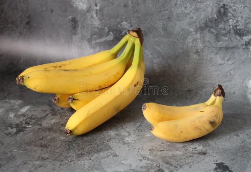 Kleine en grote bananen stock foto