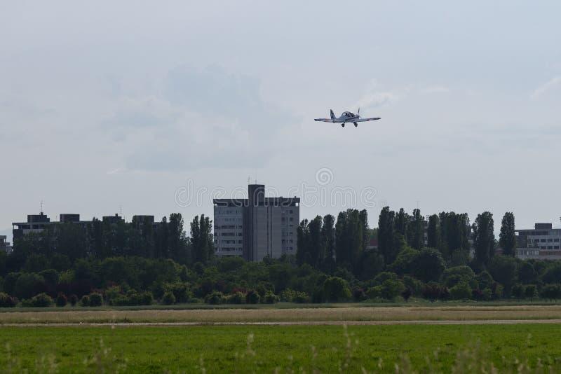 Kleine en Lichte Witte Piper Aircraft Taking weg van de Baan stock afbeelding