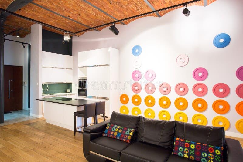 Kleine entworfene Wohnung lizenzfreie stockbilder