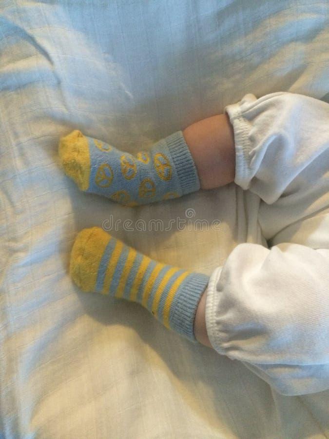 Kleine Füße der Babyfüße sind so ordentlich stockfotos