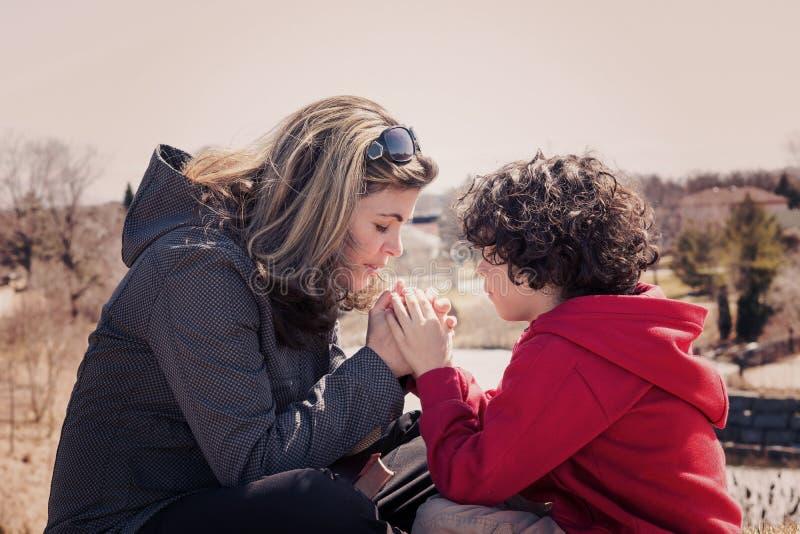 Kleine Familie die in openlucht bidden stock afbeelding