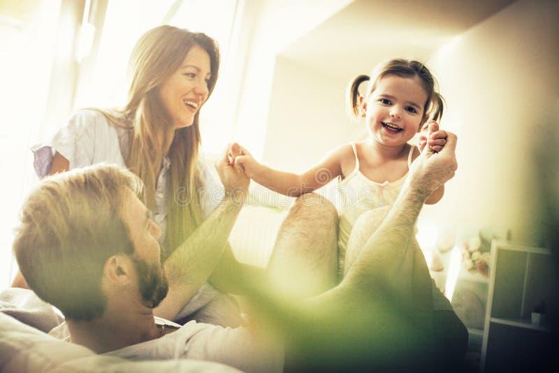 Kleine familie grote liefde stock afbeeldingen
