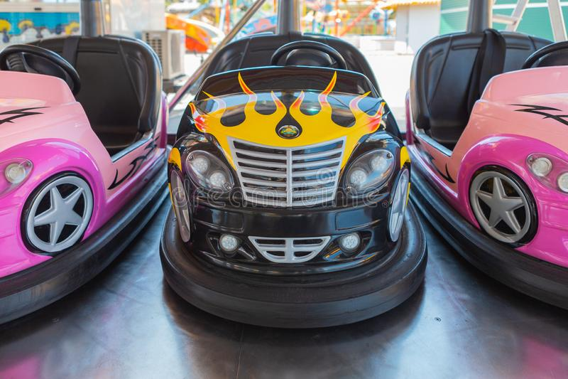 Kleine farbige Autoskooters f?r Kinder lizenzfreie stockbilder
