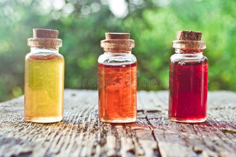 Kleine farbige Flaschen mit Zaubertrank lizenzfreies stockfoto