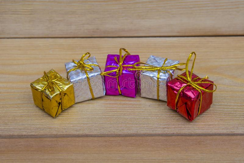 Kleine farbige Geschenke auf dem Tisch lizenzfreies stockbild