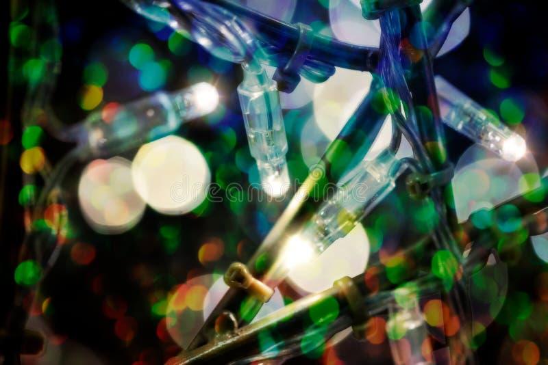 Kleine farbige Lichter in einem Weihnachtsbaum stockfoto