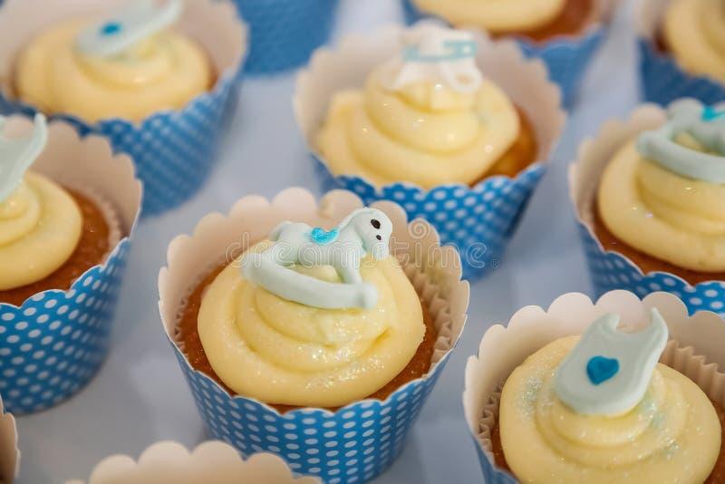 Kleine Fee Cupcakes op vertoning voor catering stock fotografie
