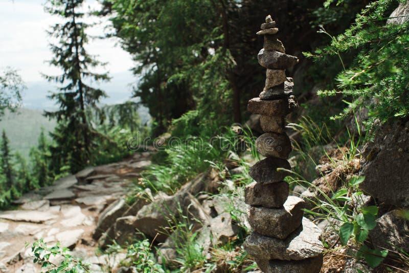 Kleine Felsen der Gleichgewichtsform - Harmonie in der Natur gemacht durch menschliches stockfoto
