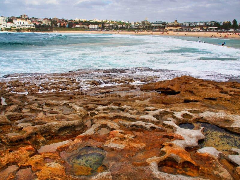 Kleine Felsen-Pools in Cratered Sandstein, Bondi-Strand, Australien lizenzfreie stockfotografie