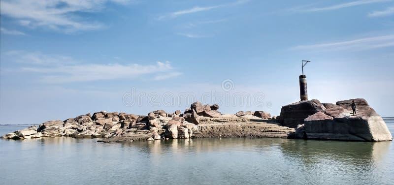 Kleine felsige Insel stockbild
