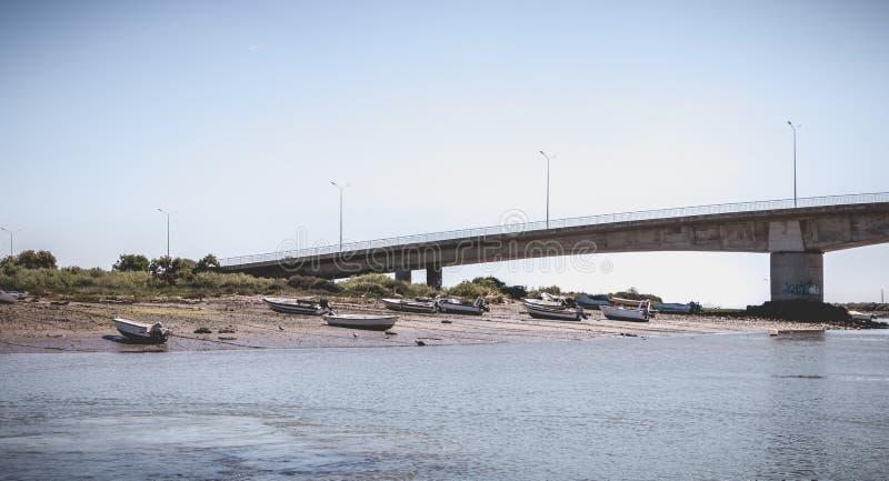 Kleine Fischerboote angekoppelt im Hafen von Tavira, Portugal lizenzfreies stockfoto