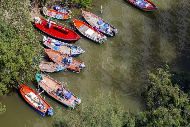 Kleine Fischerboote geparkt in Mündung lizenzfreie stockfotografie
