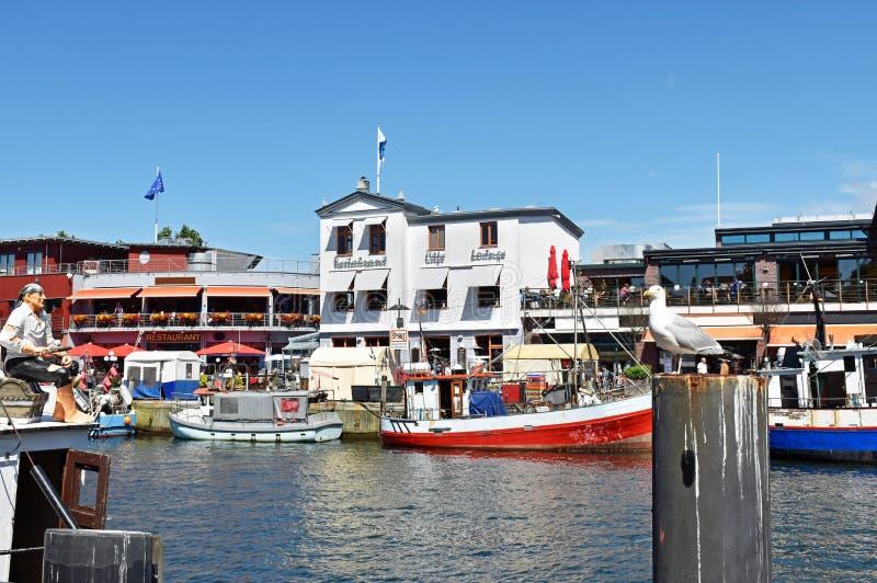 Kleine Fischerboote im Fischereihafen ` ändern Strom-` im baltischen Seebad WarnemÃ-¼ nde lizenzfreies stockfoto