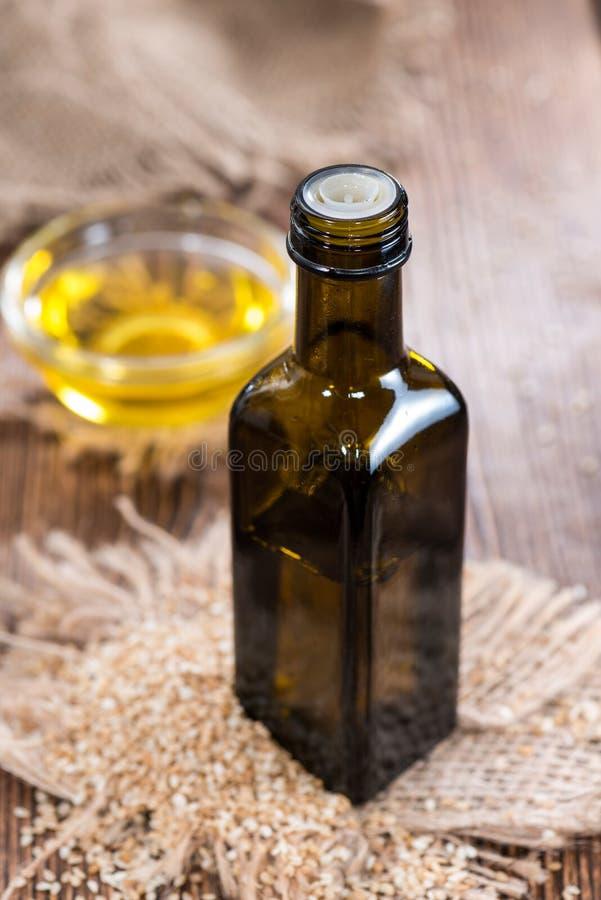 Kleine Flasche mit Öl des indischen Sesams stockbilder